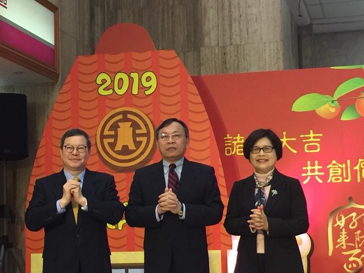 台灣金控董事長呂桔誠(中)率金控總經理詹庭禎(左)和台銀總經理邱月琴(右)向客戶拜年。仝澤蓉/攝影