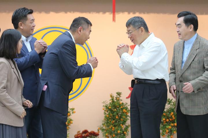 台北市長柯文哲(右二)上午赴台北市議會新春團拜,他與身旁的議長陳錦祥(左三)相互拱手作揖致意。記者許正宏/攝影