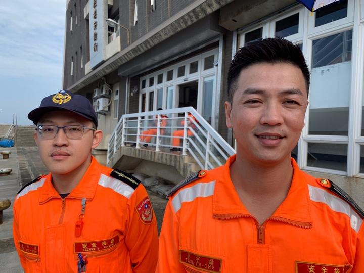 海巡野柳安檢所長蔡宇喆(右)從軍近廿年,至今未婚,他有一張酷似演員柯叔元的酷帥臉龐。記者洪哲政/攝影