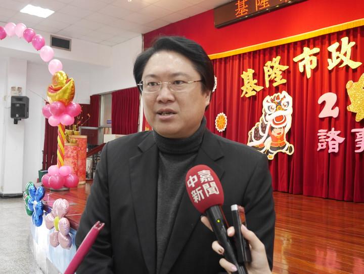 市長林右昌今天成了省話一哥,他吐出原因後,聯訪的記者和在場市府員工,紛紛嚇得倒退一步。記者吳淑君/攝影