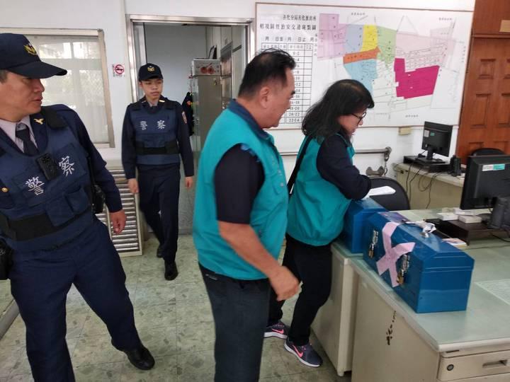 警方協助廟方保管香油錢直到送進銀行。圖/員警提供