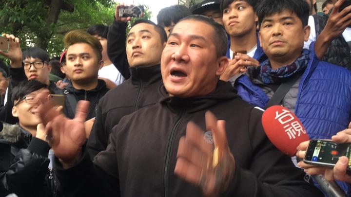 「館長」陳之漢(中)大秀肌肉與粉絲合影。記者陳俊智/攝影