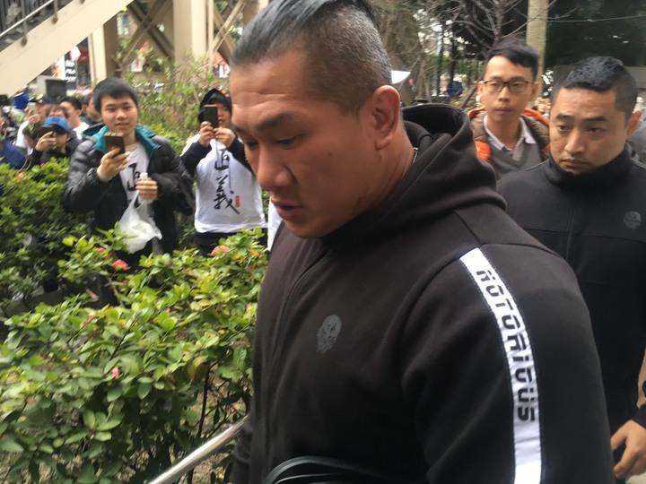 「館長」陳之漢(左)大秀肌肉與粉絲合影。記者陳俊智/攝影
