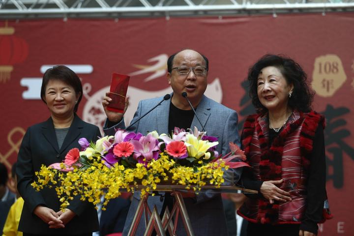 台中市長盧秀燕(左)今早主持新春團拜,前市長胡志強(中)現身,還自備10個「牛津」紅包,分享新年福氣。記者黃仲裕/攝影