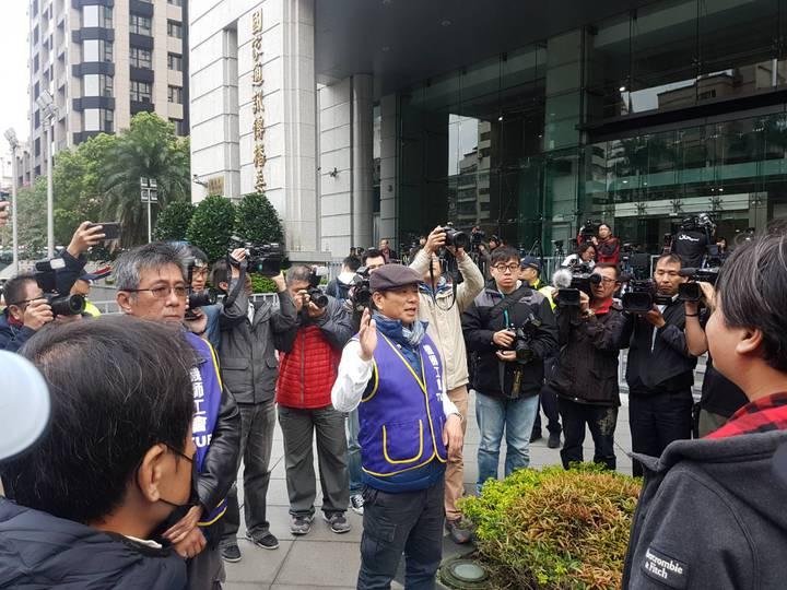 對於罷工持正反意見兩方將在5點多集結交通部前表達訴求,為避免衝突,機師工會代表陳偉浩(右)、葛寧傑(左)稍早在交通部外對會員喊話,呼籲大家保持理性。記者吳佩旻/攝影