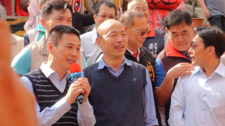 高雄市長韓國瑜今天下午到前金區萬興宮發放紅包時透露到高雄的人潮越來越多,呼籲所有店家要要做好服務品質。記者謝梅芬/攝影