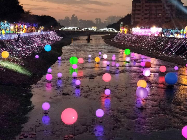 2019桃園燈會12日開幕登場,桃園三民燈區的南崁溪布置各種色彩花燈,夜間點燈亮麗炫目。圖/觀旅局提供