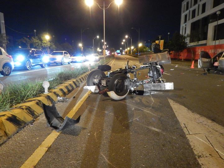 員林市員林大道再傳死亡車禍,員林大道5段與龍富街路口10日傍晚三輪機車騎士遭撞飛傷重不治,現場一片凌亂。記者何烱榮/翻攝