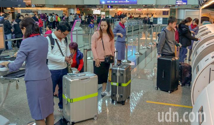 華航機師持續罷工,桃機公司上午表示,華航班機今天共計取消24架次,預估影響旅客總計5441人,上午華航的櫃台並無異常。記者鄭超文/攝影