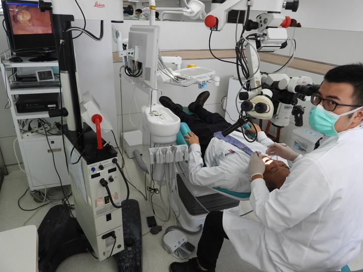 牙科手術顯微鏡可找出較難以發現的牙齒問題並協助醫師治療。記者周宗禎/攝影