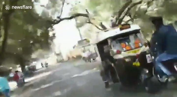 印度中西部城市日前舉行超狂嘟嘟車逆向賽車,參賽駕駛在街道上逆向狂衝,幾乎撞到圍觀民眾,並碰倒追逐看熱鬧的機車,場面險象環生。圖片擷取路透社影片