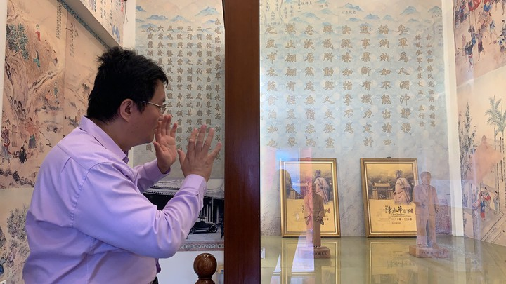 台南官田慈聖宮主委陳俊銘是中醫師,重視歷史文化傳承,在二樓成立陳永華參軍與八田與一紀念館。記者吳淑玲/攝影