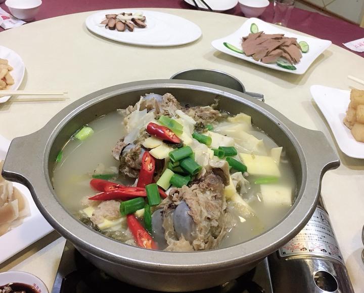 彰化市芳月亭餐廳的古早味大骨竹筍湯,讓很多老饕回味不已。記者劉明岩/攝影
