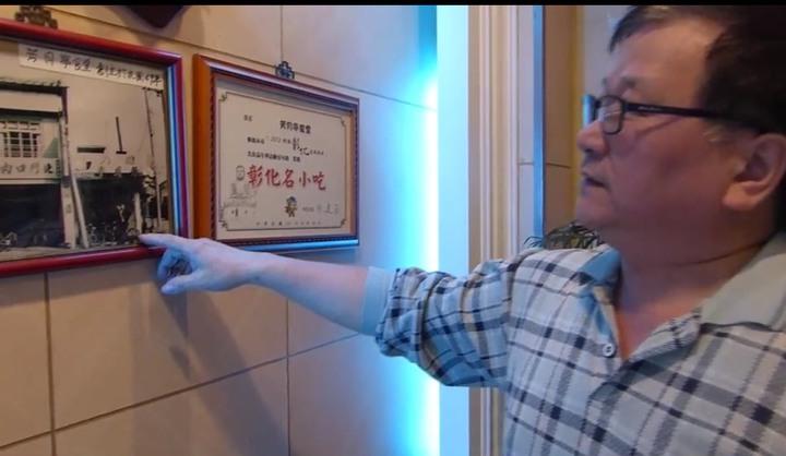 彰化市芳月亭餐廳老闆林義章決定餐廳熄燈,手指的位置是60多年前草創的場景,如今將熄燈十分感到不捨。記者劉明岩/攝影