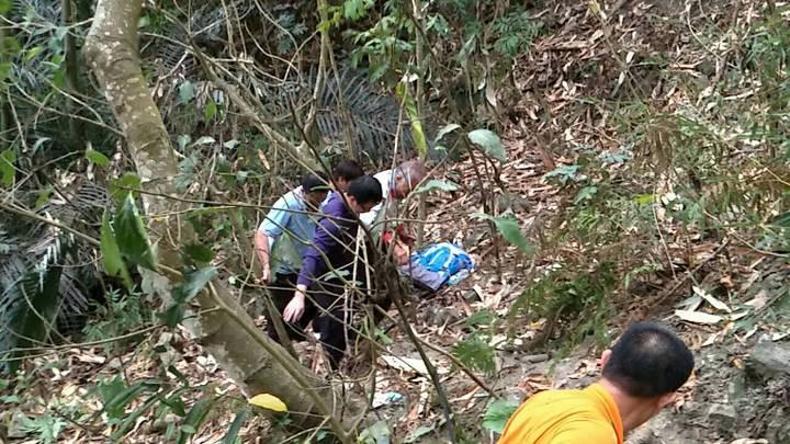 80歲翁和朋友到塘湖古道健行,不慎摔落50米山坡山谷獲救。記者謝恩得/翻攝