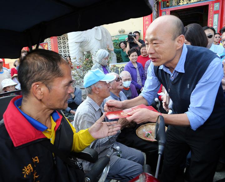 韓國瑜先向「博愛區」中的長輩及行動不便的的民眾發放小紅包賀年。記者劉學聖/攝影