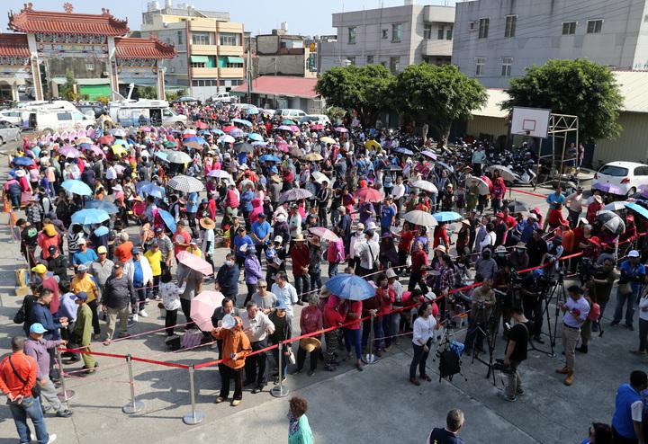路竹觀音亭廣場,湧入大批民眾等領紅包,有人在烈日下排隊五小時,也不以為意。記者劉學聖/攝影