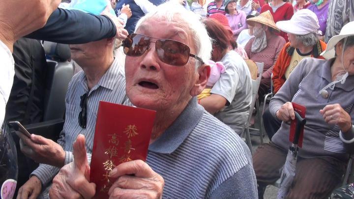 一名百歲人瑞領到韓國瑜發的市長紅包,十分歡喜。記者王昭月/攝影