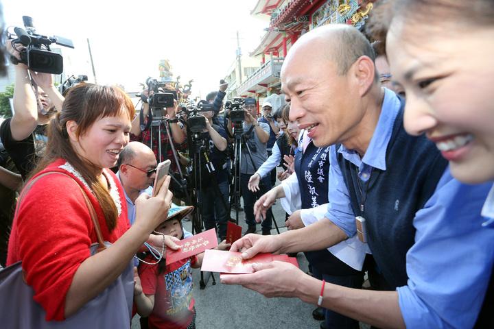 高雄市長韓國瑜今午到路竹觀音亭發小紅包。記者劉學聖/攝影