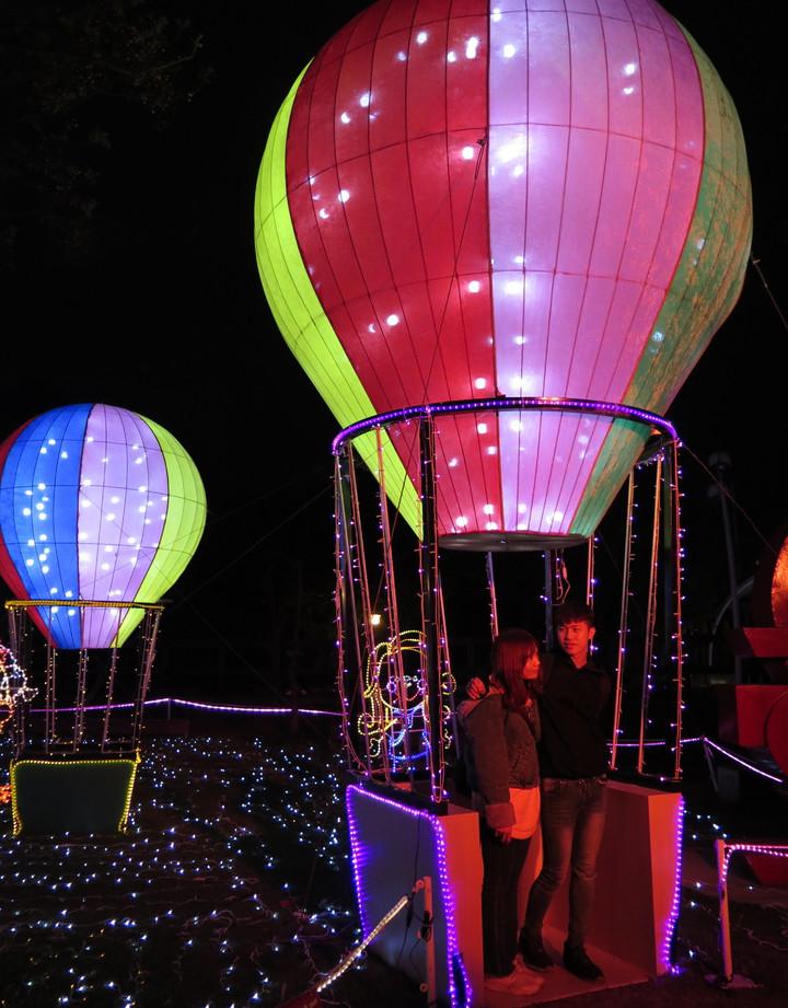 桃園燈會主燈區位於桃園區三民運動公園,熱氣球裝置吸引不少民眾打卡拍照。記者張裕珍/攝影