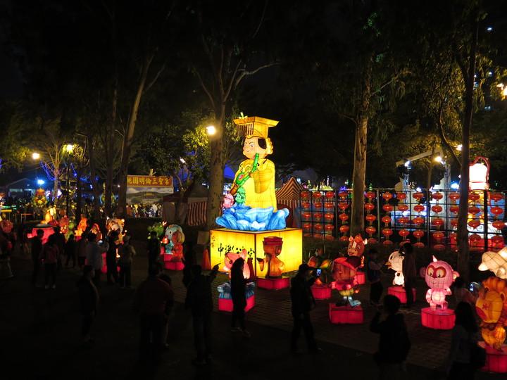 桃園燈會主燈區位於桃園區三民運動公園,今晚亮燈,不少民眾搶先賞燈。記者張裕珍/攝影