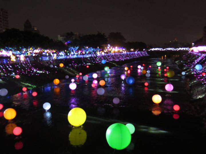 桃園燈會主燈區位於桃園區三民運動公園,南崁溪上有七彩星球裝置,閃閃發亮。記者張裕珍/攝影