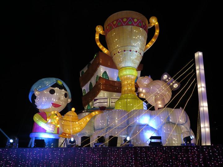桃園燈會主燈區位於桃園區三民運動公園,主燈為魔法師,還有桃園捷運運行於軌道上。記者張裕珍/攝影