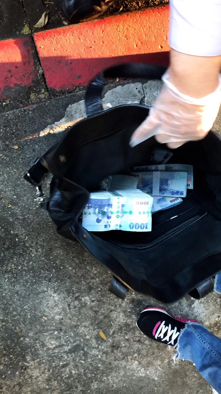警方攔截作案車輛,追回350萬元贓款。記者廖炳棋/翻攝
