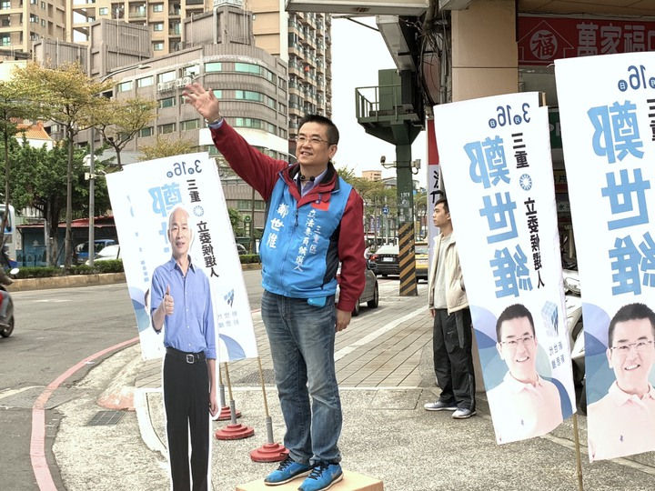 國民黨新北市三重區立委補選參選人鄭世維今天一早就到三和路與重陽路口站拜票,一旁還帶著高雄市長韓國瑜的立牌。記者張曼蘋/攝影