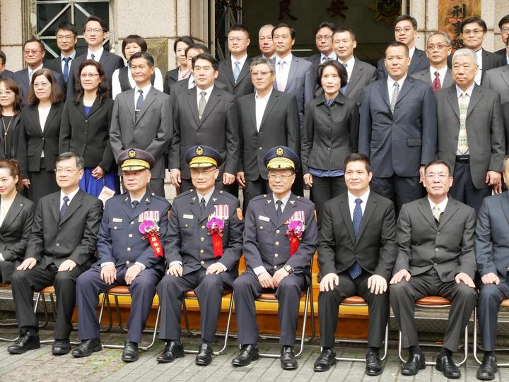 典禮結束後,警政署長陳家欽和新、卸任刑事局長、刑事局官警合照。記者陳金松/攝影
