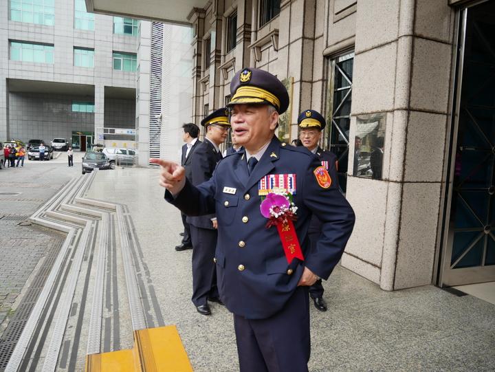 蔡蒼柏不改直率本性,典禮結束後在大門前指揮準備拍照官警。記者陳金松/攝影