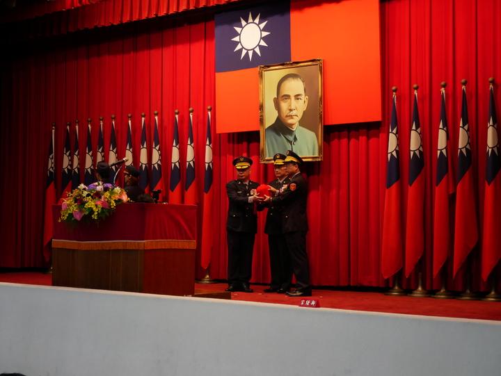 卸任刑事局長蔡蒼柏(左)將印信交給黃明昭(右)。記者陳金松/攝影