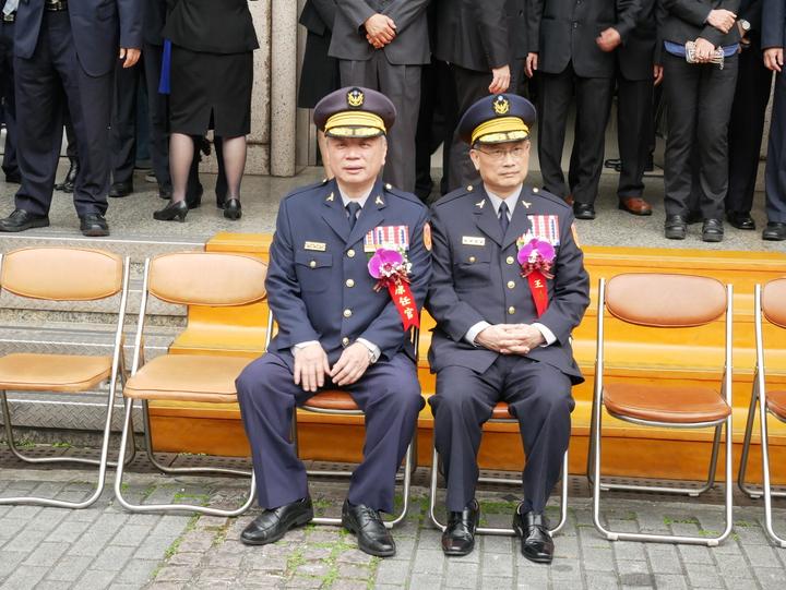 警政署長陳家欽和卸任刑事局長蔡蒼柏,並肩坐在大門前準備大合照。記者陳金松/攝影