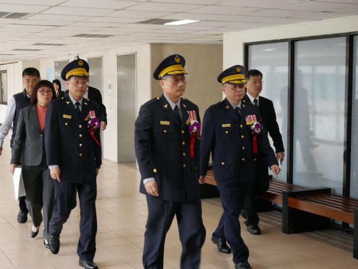 警政署長陳家欽(中)率新、卸任刑事局長黃明昭(左)、蔡蒼柏(右)步入典禮會場。記者陳金松。攝影