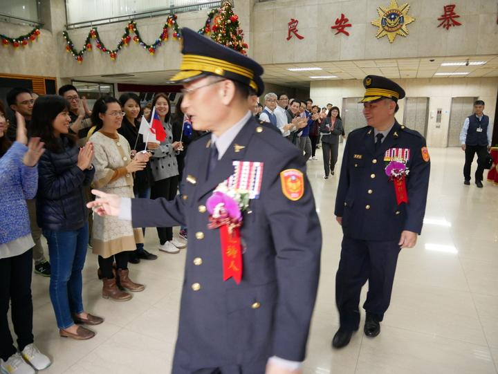 交接結束後,刑事局同仁在大廳歡送卸任局長蔡蒼柏(後)。記者陳金松/攝影