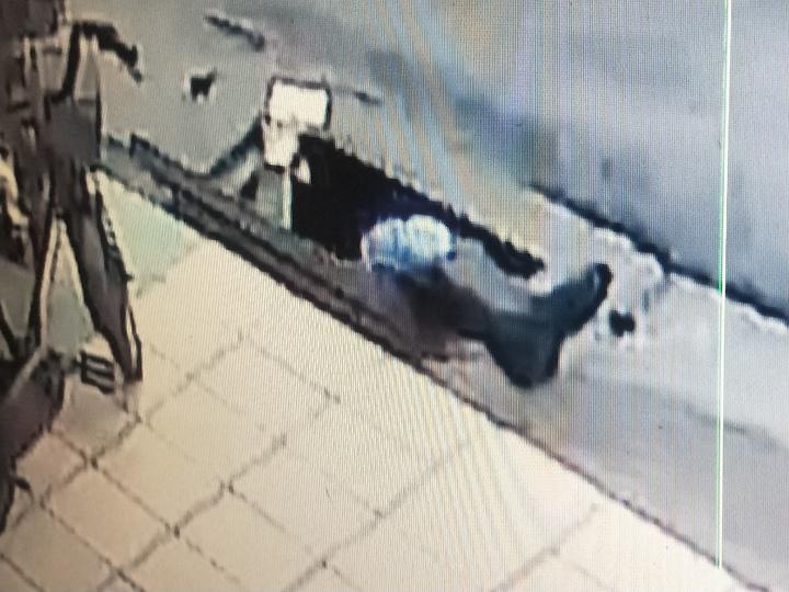 楊男為撿10元掉水溝獲救。記者游明煌/攝影
