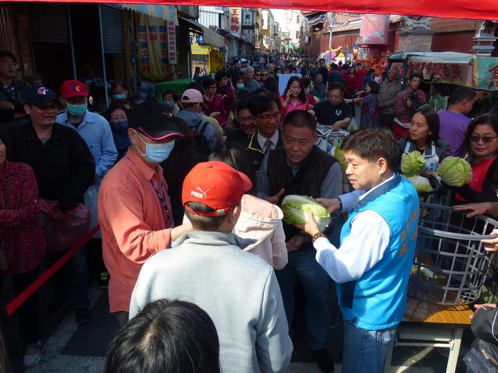 今天大年初九是民間習俗玉皇大帝的誕辰,彰化市公所上午配合舉辦「天公生送蔬菜」活動,民眾大排長龍達數百公尺,有的還排了一個多小時,希望呷天公加持的蔬菜保平安。記者劉明岩/攝影