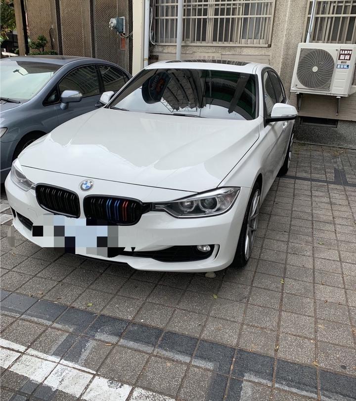 黃姓男子駕駛陳姓女友的BMW汽車,兩人將車停在路中央,剛好警方巡邏車就在後方,警方下車盤查發現毒品。記者劉星君/翻攝
