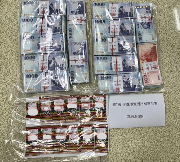 警方查扣現金136萬多元與毒品咖啡包。記者劉星君/翻攝
