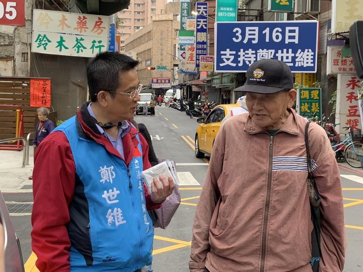 鄭世維稍早在捷運台北橋站附近向民眾拜票。記者張曼蘋/攝影