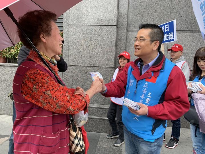 鄭世維今天上午在捷運台北橋站附近沿路向民眾拜票、打招呼,許多長者見到他,立刻熱情地要他加油。記者張曼蘋/攝影
