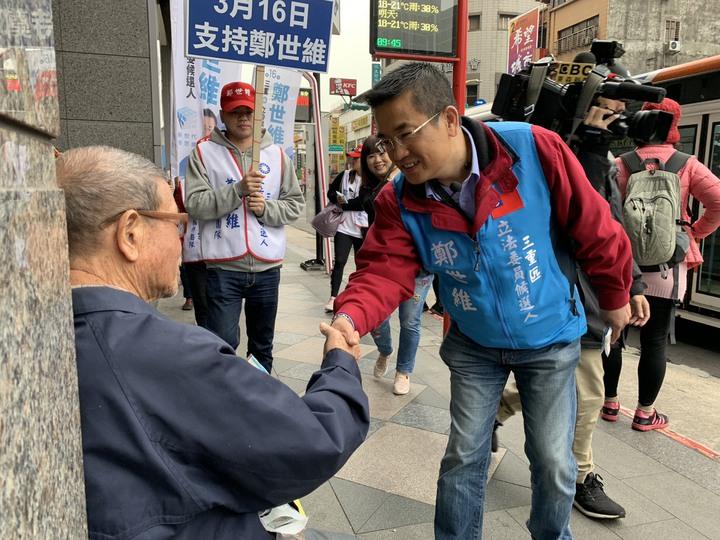 鄭世維今天上午在捷運台北橋站附近沿路向民眾拜票、打招呼。記者張曼蘋/攝影