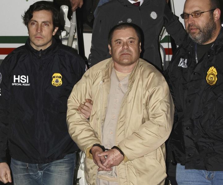綽號「矮子」的墨西哥毒梟古茲曼(中)2017年1月19日從墨國被引渡到美國時拍下的照片。古茲曼12日被陪審團裁決10項被控罪名全數成立,一般咸信他會被判處無期徒刑終身監禁,並且押往科羅拉多州佛羅倫斯,關進素有「超級監獄」之稱的美國最高監管感化院。美聯社
