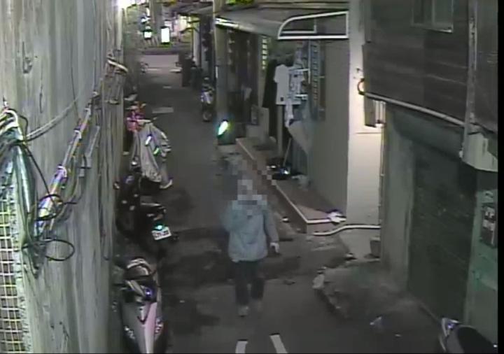 涉嫌騙錢的巫姓男子走進巷內,趁機開溜。記者林昭彰/翻攝