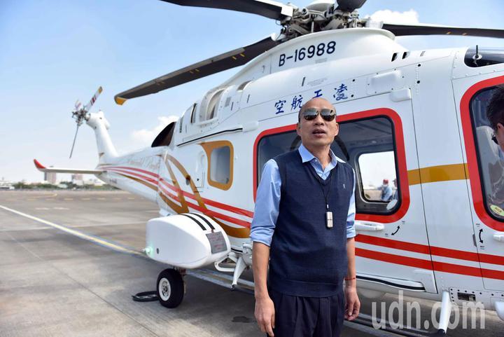 高雄市長韓國瑜今天上午搭乘直升機從高空俯瞰愛河流域,從空中瞭解市政問題。圖/高雄市政府提供