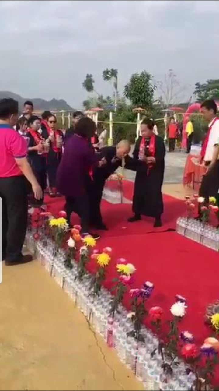 南投中寮龍華山善覺寺惠嚴法師以旋轉灑水、穿插舞蹈為台灣祈福,4分鐘狂轉100多圈,暈到當眾嘔吐。圖/翻攝畫面