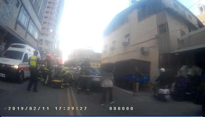 台中市何姓男子前天開車行經南區時,因心肌梗塞昏迷,導致轎車追撞前方賓士車,警消即時破窗送醫,救回何一命。記者陳宏睿/翻攝