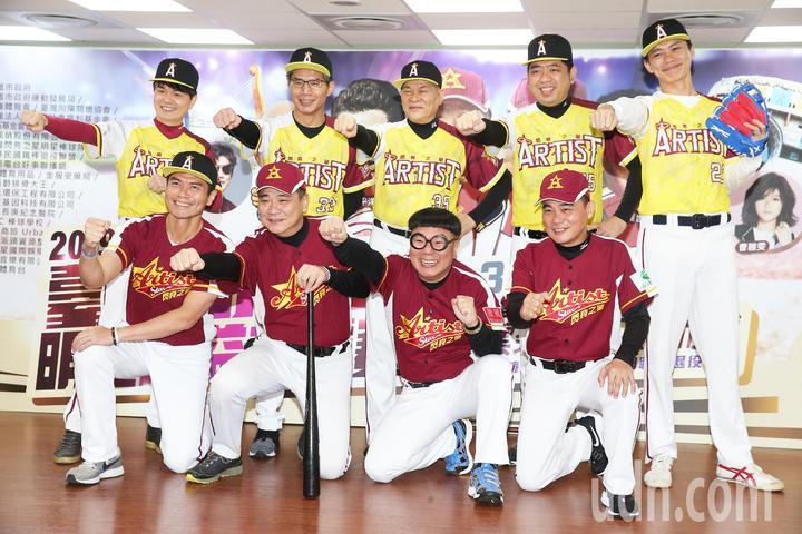 澎恰恰(後排中)今天率明星棒球隊球員與職棒退役好手共同出席記者會。記者徐兆玄/攝影
