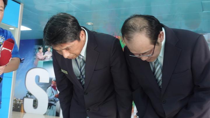 移民署高雄機場國境事務隊長蔡英傑(左)今率陳姓科員(右)出面鞠躬道歉。記者劉星君/攝影
