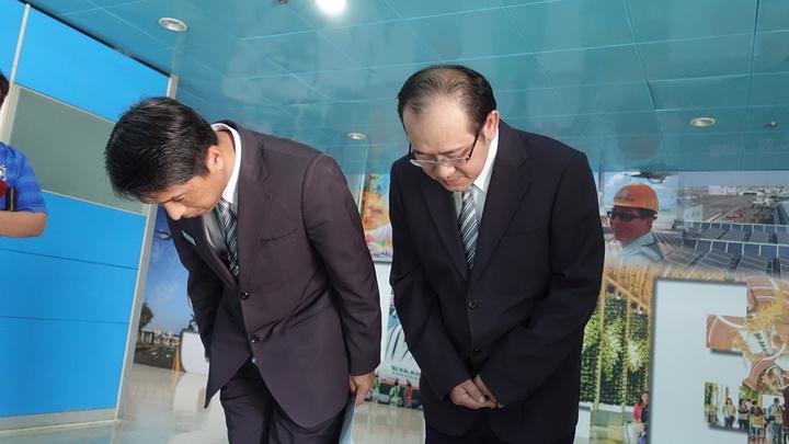 移民署高雄機場國境事務隊長蔡英傑(左)今率陳姓科員(右)出面鞠躬道歉兩次。記者劉星君/攝影